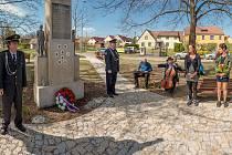 V Domaníně na návsi je upravený park s pomníkem.