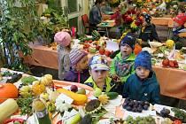 Školáci ze 3.ZŠ připravili tradiční výstavu ovoce, zeleniny a květin.