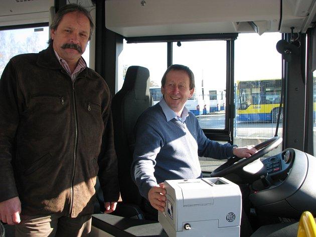 Nové sedadlo řidiče si na pár okamžiků vyzkoušel i starosta Jindřichova Hradce Stanislav Mrvka (vpravo), na snímku s ředitelem ČSAD Jiřím Krupičkou.