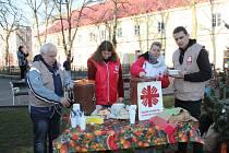 Pracovníci charity a červeného kříže před Štědrým dnem rozdávali polévku potřebným.