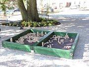V Kancnýřově sadu v Dačicích mají děti novou atrakci - kostkoviště.