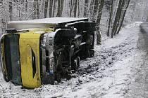 V pondělí ráno se převrátil u Lásenice na bok kamion. Nikomu se naštěstí nic nestalo.