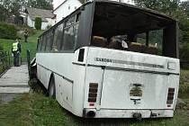Na podzim roku 2006 v České Olešné nezvládl zatáčku řidič autobusu.
