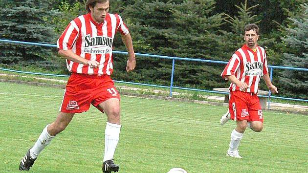 Fotbalisté Kunžaku porazili Staré Hobzí 2:0 a nadále vedou okresní přebor. Na snímku Ondřej Hudziec (vlevo) a Petr Distel.