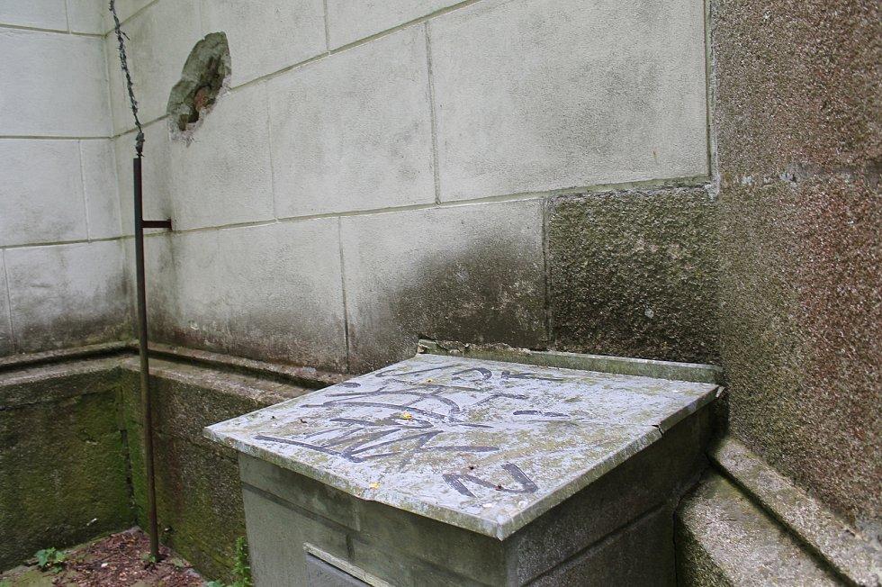 U kostela sv. Jakuba řádil v zimě vandal. Nyní je zde vidět jedno poničené místo.