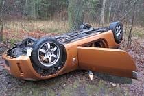 Pohled na zdemolované auto u Majdaleny, kde havaroval řidič pod vlivem drog.