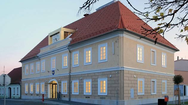 Stavba roku 2017. Radnice v Kardašově Řečici dominuje náměstí Jaromíra Hrubého.
