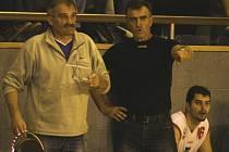 NÁVRAT. Miroslav Dvořák (vlevo) debatuje s Rudolfem Hauserem na lavičce BK JHComp při úvodním prvoligém utkání sezony proti basketbalistům Chomutova.