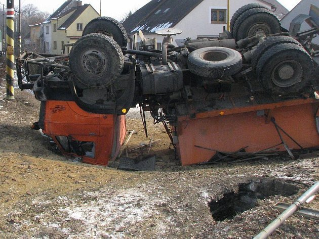 Na přejezdu u jatek v Jindřichově Hradci se srazil sypač s osobním vlakem jedoucím od Veselí nad Lužnicí.