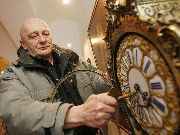 Šedesát čtyři historických hodin z památkových objektů,či ze soukromých sbírek,obsahuje výstava na zámku Jindřichův Hradec,která bude otevřena pro veřejnost tuto sobotu a bude trvat do konce května příštího roku,kastelán Václav Bis natahuje stolní hodiny