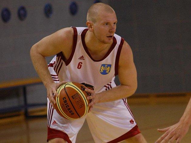 OPORA. Jindřichohradečtí basketbalisté by dnes rádi chomutovskému celku připravili první porážku v soutěži. Svým výkonem by k tomu jistě rád přispěl i křídelník Jan Koranda.