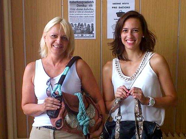 SVÉ NEPOTŘEBNÉ kabelky přinesla v Dačicích i Sabina Fischerová s maminkou.