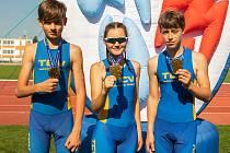 Zlatá triatlonová štafeta TCV Jindřichův Hradec startovala ve složení (zleva): Vojtěch Gröschl, Karolína Kůrková, Cyril Blažek.