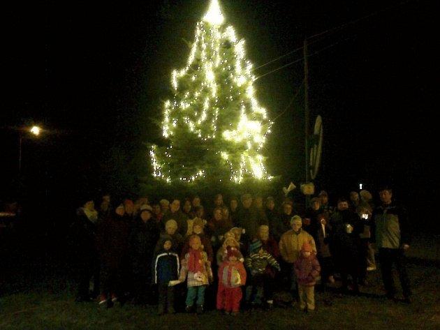Koledy si k vánočnímu stromu přišli zazpívat i lidé z Roseče.