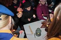 V Jindřichově Hradci skauti rozdávají Betlémské světlo každý rok.
