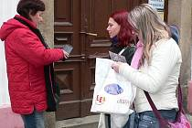 SBÍRKA. Na podporu lidí postižených HIV a AIDS vybírali v Panské ulici v Jindřichově Hradci i studentky Lucie Matoušková a Kristýna Dvořáková.