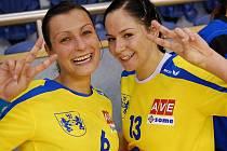 Chceme dva body, jako by signalizovalo gesto dvou opor jindřichohradeckých interligových házenkářek Zuzany Kupkové (vlevo) a Zuzany Keslerové  před sobotním klíčovým soubojem ve Zlíně..