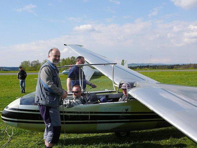 Příprava na start větroně na jindřichohradeckém letišti.
