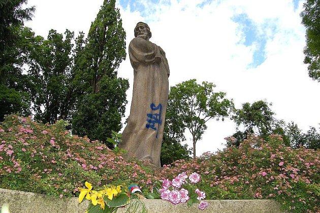 V pondělí se u sochy Mistra Jana Husa v Jindřichově Hradci konal vzpomínkový akt u na připomenutí jeho odkazu při příležitosti již 594. výročí jeho upálení. Večer někdo sochu posprejoval.