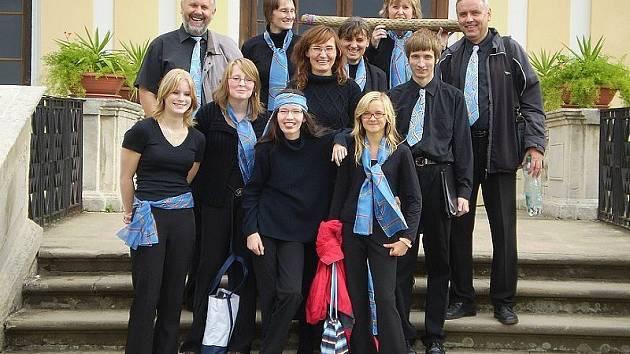 NA SCHODECH. Při nabitém programu si sbor Festivia Chorus nenechal ujít ani možnost prohlídky zámku Slavkov