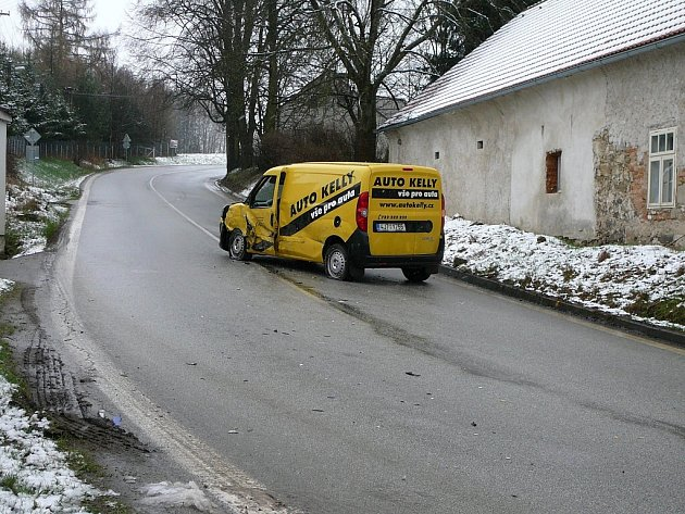V nepříjemné zatáčce v Nové Olešné se střetla dodávka s kamionem.