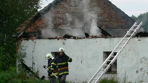 Požáru zcela podlehla výrobní část truhlárny.