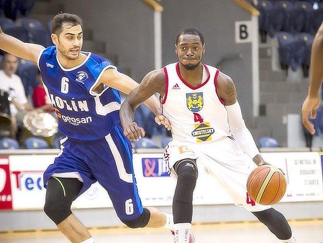 Donald Robinson (vpravo) by měl patřit k hlavním tahounům jindřichohradeckých basketbalistů.