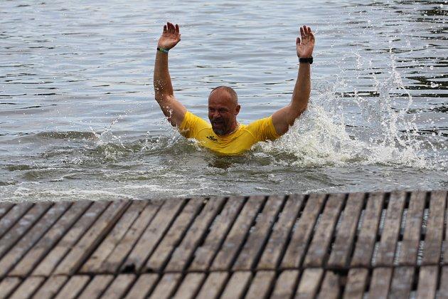 Hradecký rybník Vajgar vsobotu už po pětadvacáté hostí Chalupa Cup. Snímky jsou zloňského ročníku, kdy ještě byly vprogramu izávody dračích lodí.