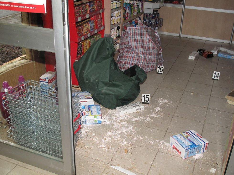 Ve čtvrtek nad ránem policisté zasahovali u vloupání do obchodu na hraničním přechodu v Halámkách. Při zásaho se ozvala střelba.