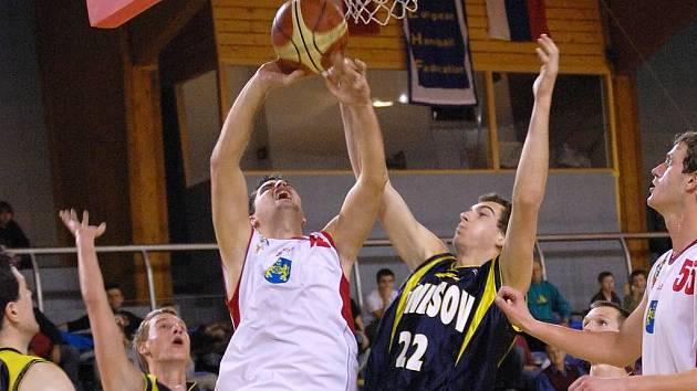 Na snímku bojuje domácí Tomáš Novotný (s míčem) s benešovským Lukášem Horákem.