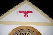 neznámý sprejer si dal práci a orlici s hákovým křížem nastříkal na kapličku v Branné přes šablonu,