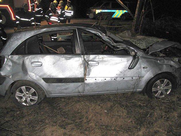 U Českých Velenic v neděli havarovala Kia Ria. Její řidič na místě zahynul a spolujezdkyně utrpěla těžké zranění.