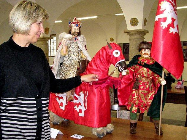Vítězní exponát Jany Masaříkové z Nového Jičína, postavu Karla IV. na koni s doprovodem, ukazuje etnografka Muzea Jindřichohradecka Alexandra Zvonařová.