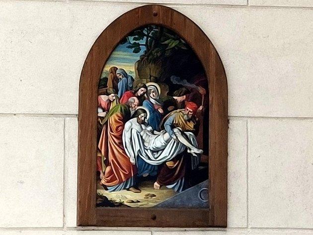 Křížová cesta ke kostelu svatého Jakuba vJindřichově Hradci. Tělo Pána Ježíše uloženo do hrobu.