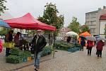 Páteční počasí farmářskému trhu v Jindřichově Hradci nepřálo.