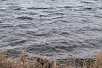 Na Velikonoční pondělí do jižních Čech dorazil silný vítr. Poryvy větru zvedaly vlny u rybníku Hroch Velký u Jindřichova Hradce.