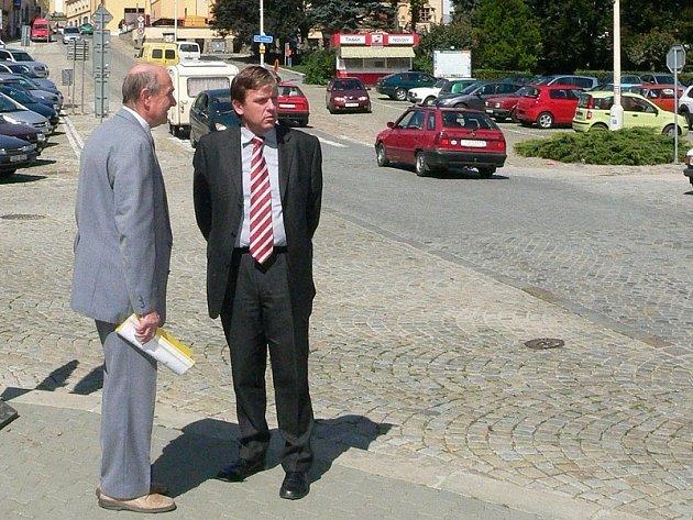 VELKÁ VODA. Starosta Dačic Rudolf Hájek ukazuje Miloslavu Vlčkovi (vpravo), kam až dosáhla voda při povodních. K porovnání situace sloužily i fotografie