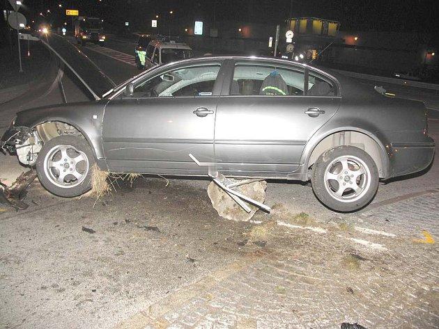Na kruhovém objezdu u Billy v J. Hradci auto vjelo na středový ostrůvek.