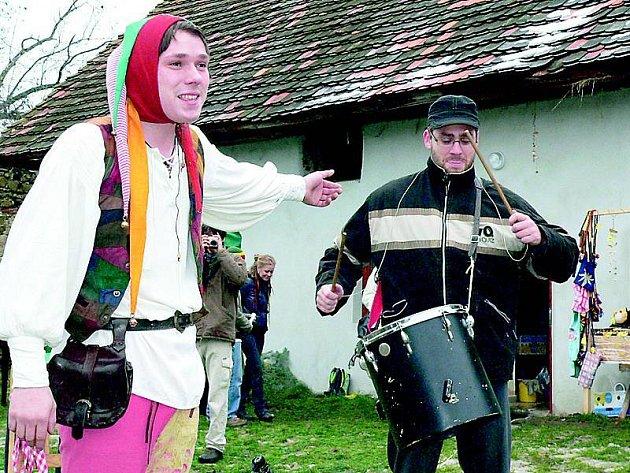 O dobrou náladu se postaral i trochu zmrzlý kejklíř Slávek, který si jako bubeníka vybral jednoho z přihlížejících.