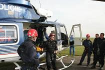 Policejní cvičení zaměřené na záchranu osob za pomoci vrtulníku.