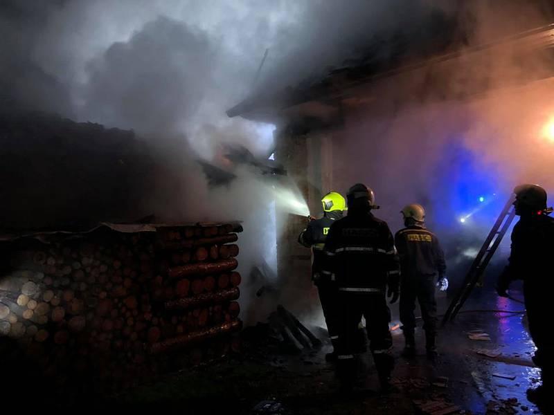 Požár u rodinného domu v Kolencích způsobil škodu za 300 tisíc korun.