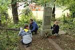 O chátrající hřbitov v klášteře se postarali mladí skauti.