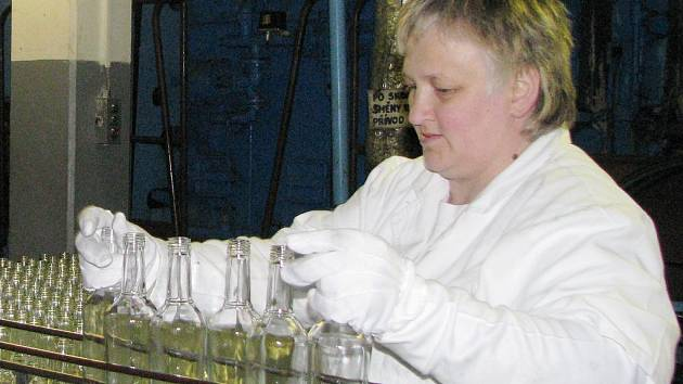 Fruko-Schulz jede na dvě směny. Na snímku Věra Šalandová doplňuje na pás prázdné lahve.