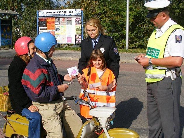 Dopravně bezpečnostní akce policie Jezdíme s úsměvem, tentokrát se školáky ze 4. základní školy v J. Hradci.