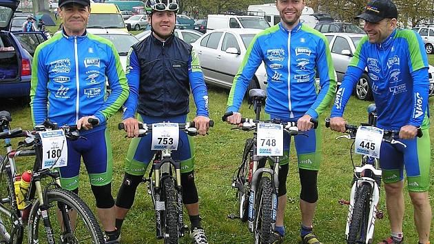 Jindřichohradecká cyklistická stáj Bike sport Joma, část týmu (zleva):  Rudolf Hronza, David Kníže, Pavel Šmíd a Tomáš Raba.