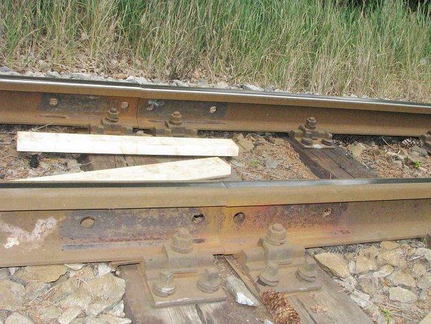 Pohled na styk kolejí u Jindřiše, kde neznámý pachatel ukradl spojky. Ještě jsou zde vidět stopy po původní spojce.