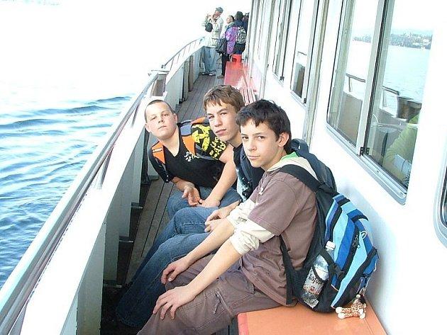 CESTA DO ŠVÝCARSKA.  Za svými kamarády se vydali i tři hoši ze strmilovské základní školy. Zleva sedí Václav Nořinský, Aleš Bláha a Jan Vondruš.