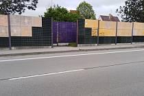 Zřízení dalšího místa pro přecházení na okruhu města v místech, kde se otevírá protihluková zeď, aby se lidé mohli dostat na pěšinu mezi poli, se nesetkává s pochopením u obyvatelů a hlavně řidičů.