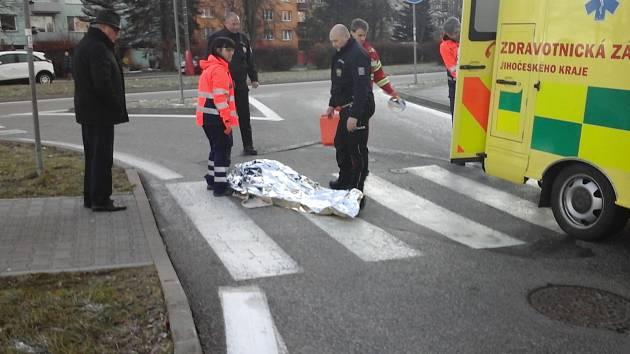 Hlídka dopravních policistů pomohla seniorce, které se zranila na přechodu.