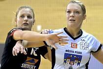 Barbora Eliášová (vlevo) brání Petru Bubeníkovou.